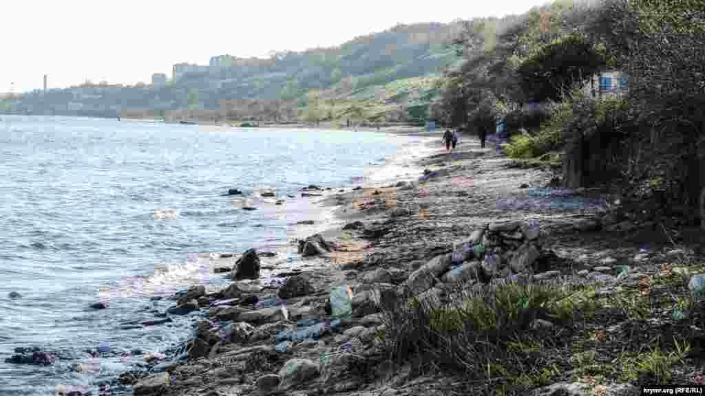 Береговая линия пляжа размыта ливневыми потоками