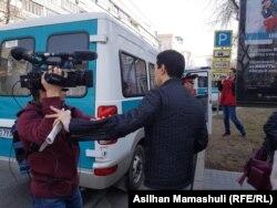 Невідомий чоловік перешкоджає операторові Радіо Азаттик Рінатові Фазилбаєву вести зйомку. Алмати, 22 березня 2019 року