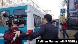 Неизвестный мужчина мешает оператору Азаттыка Ринату Фазылбаеву вести съемку. Алматы, 22 марта 2019 года.