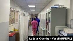 Mjekë dhe infermierë shihen duke ecur korridoreve të Klinikës së Pediatrisë.