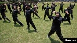 Лахорда дайындық жасап жатқан полицейлер. Пәкістан, 3 шілде 2012 жыл. (Көрнекі сурет).