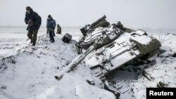 Сэпаратысты каля падбітага танка ўкраінскага войска