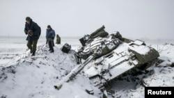 Un tanc distrus lîngă Vuhlehirsk, la circa 10 km vest de Debalțeve