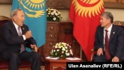 Президент Казахстана Нурсултан Назарбаев (слева) и президент Кыргызстана Алмазбек Атамбаев.