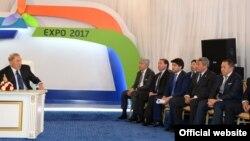 Президент Казахстана Нурсултан Назарбаев во время встречи с руководителями национальных компаний и бизнесменами обсуждает подготовку к выставке ЭКСПО-2017. Астана, 3 июля 2014 года. Фото с официального сайта akorda.kz