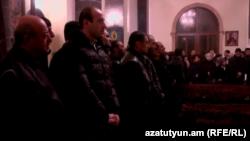 Գյումրեցիները Սուրբ Նշան եկեղեցում, ուր տեղափոխվել են Ավետիսյանների աճյունները, 15-ը հունվարի, 2014թ․