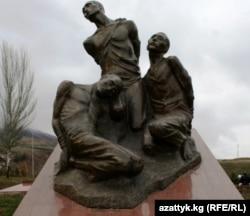 """""""Ата Бейиттеги"""" сталиндик курмандыктарга багышталган айкел."""