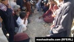 د بلوچستان په لروبر کې د بې کارۍ له په لسګونه ځوانان په دلو ډلو ناست د ساعتیري لپاره د بډیو،بېتو ،سخي ،کتار،لډو ،هېنډه ،کبډي او یا نورو هغو باندې اخته وي
