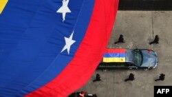 به دنبال فوت هوگو چاوز در ۱۵ اسفندماه، قرار بر این شد که انتخابات ریاست جمهوری این کشور ۲۵ فروردینماه برگزار شود.