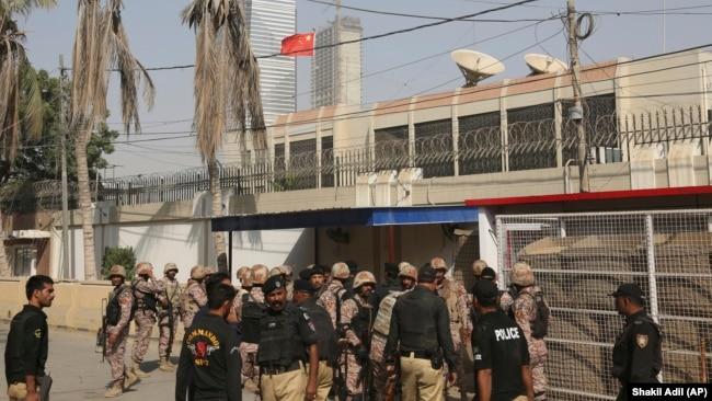 Сотрудники служб безопасности у здания консульства Китая в Карачи. Ноябрь 2018 года.