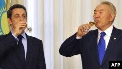 Arxiv foto. Qazaxıstan prezidenti Nursultan Nazarbayev (sağda) və Fransanın keçmiş prezidenti Nicolas Sarkozy Astanada görüşdə olarkən. 6 oktyabr 2009