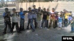 لعب اطفال على شكل اسلحة