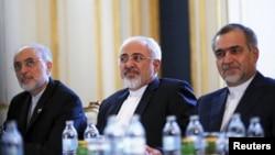 محمد جواد ظریف، وزیر خارجه ایران (نفر وسط)
