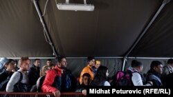 Izbjeglice u redu za registraciju u Opatovcu