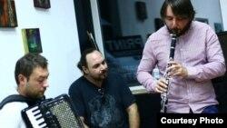 Музичкиот бенд Плодова вода, Васко Дуковски, Јордан Костов и Круме Стефановски.