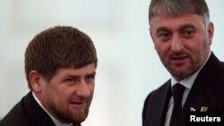 Adam Delimxanov (o'ngda) Checheniston prezidenti Ramzan Qodirov bilan.