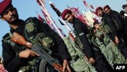 Полицияның арнайы жасағы шийттердің діни рәсімі кезінде қауіпсіздікті қадағалап тұр. Карачи, 23 қараша 2012 жыл. Көрнекі сурет.