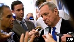 سناتور دیک دوربین تهیه نامه سناتورهای آمریکایی را به عهده داشته است.