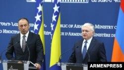 Глава МИД Боснии и Герцеговины Игорь Црнадак (слева) и глава МИД Армении Эдвард Налбандян на совместной пресс-конференции, Ереван, 30 августа 2017 г.