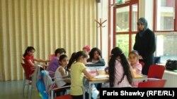 في احدى صفوف تعلم العربية بمدرسة السلام