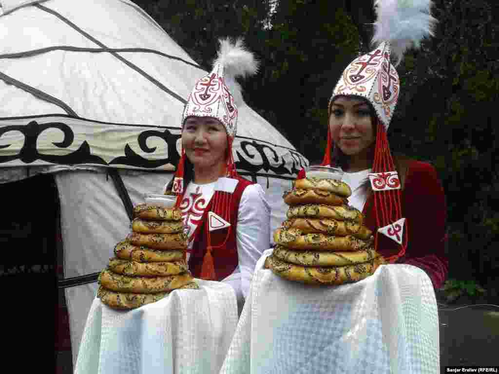 Ош күнүн белгилөөгө Тажикстан, Казакстан, Түркия, Өзбекстан жана Орусиядан расмий коноктор келди. Конок күткөн кыздар.
