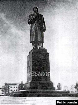 Помнік Сталіну на Цэнтральнай плошчы