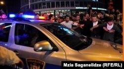 Одни говорят, что причиной всему – бездействие полиции, другие возлагают ответственность на оппозицию