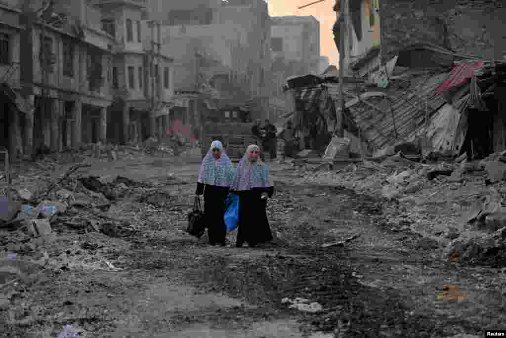 Displaced Iraqi women walk in the Old City of Mosul. (Reuters/Stringer)