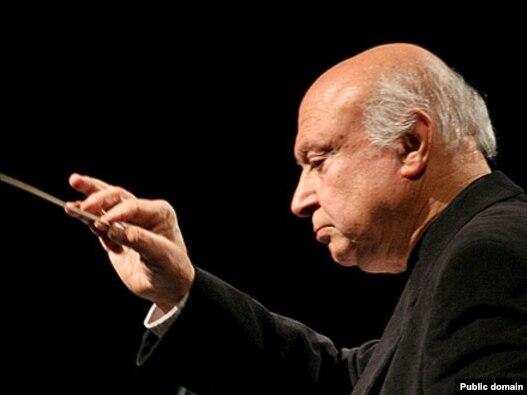 فرهاد فخرالدینی در حال هدایت ارکستر ملی ایران