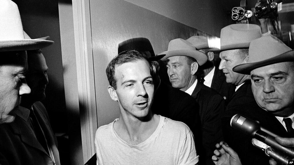 23 ноября 1963 года.  Ли Гарви Освальд после задержания после убийства президента США.