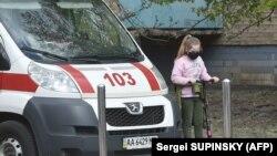 «У випадку, якщо машина швидкої допомоги перебуває поруч з іншою областю, вона зможе виїжджати туди і надавати медичну допомогу», – пояснив міністр