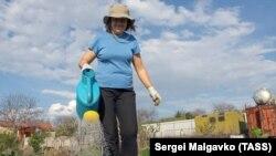 Полив огородной грядки. Симферопольский район, село Клиновка, апрель 2020 года. Иллюстрационное фото
