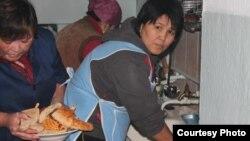 Зардап шекен тұрғындарға тамақ пісіріп жатқан адамдар. Қаратау, 13 қаңтар 2012 жыл. (Facebook әлеуметтік желісінен алынған сурет)