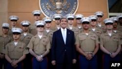 وزير الخارجية الأميركي جون كيري مع عدد من قوات المارينز أثناء زيارته الأخيرة لبغداد