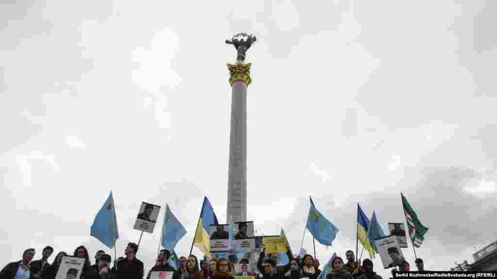 Учасникиакціїтримаютьплакатина підтримкуполітв'язнівКремля Ільмі Умерова,АхтемаЧийгозатаінших