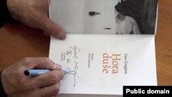 گائو شين جيان، نويسنده چينى برنده نوبل ادبيات در سال ۲۰۰۰ کتاب «کوهستان جان» خود را برای علاقمندانش در فستیوال نویسندگان پراگ امضاء می کند.