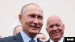 Rusiya prezidenti Vladimir Putin (solda) və Rostec Corporation şirkətinin rəhbəri Sergei Chemezov