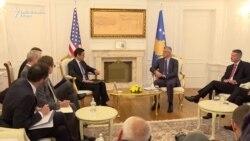 Hoyt Yee sa zvaničnicima Kosova