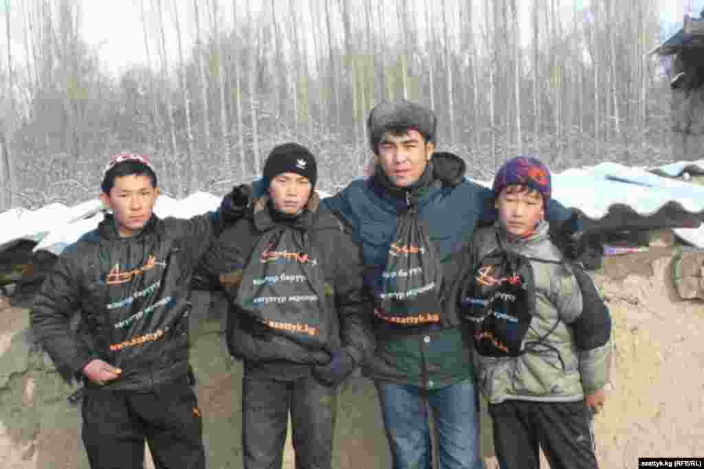 "Жанар Акаев с поклонниками ""Азаттык+"" в Таласе."