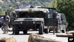 Ushtarët e KFOR-it, afër barrikadave serbe në veri, 27 korrik, Rudarë, Mitrovicë