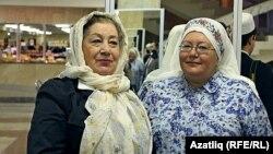 Нәҗибә Ихсанова (сулда) кызы Әлфия Миңнуллина белән бергә
