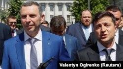 Serghii Şefir (stânga) este unul dintre consilierii președintelui Volodimir Zelenski (dreapta). Cei doi sunt buni prieteni iar atacul asupra vieții consilierului a avut loc în timpul elaborării reformelor anticorupție din țară.