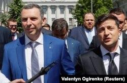 Президент Украины Владимир Зеленский (справа) со своим помощником Сергеем Шефиром (фото из архива)