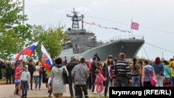 Великий десантний корабель «Калінінград» Чорноморського флоту Росії прибув до окупованої Керчі для святкування Дня перемоги. 9 травня 2014 року