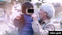 Кадр из пропагандистского видео. Узбекский боевик Абу Амин показывает своего внука, агитируя вступить в ряды экстремистов.