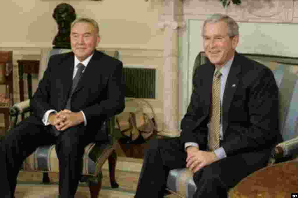 Президент США Джордж Буш – младший принимает президента Казахстана Нурсултана Назарбаева в Овальном кабинете Белого дома. 29 сентября 2006 года.