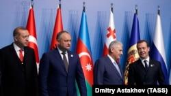 Igor Dodon printre prietenii săi, președintele Turciei și premierul Rusiei, la summitul de la Istanbul al Organizației de Cooperare Economică în Marea Neagră, mai 2017