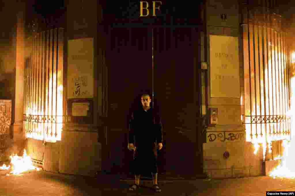 Расейскі мастак Пётар Паўленскі пасьля падпалу дзьвярэй Банку Францыі (AP/Capucine Henry)