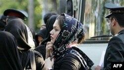 ناظران می گویند هم منع حجاب و هم رعایت آن با اجبار حکومتی همراه بوده است.