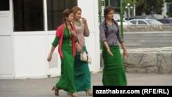 Девушки в национальных туркменских платьях современного кроя, Туркменистан